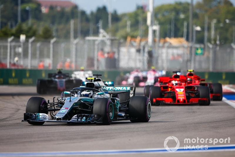 Mercedes ejecutó la orden de equipo y Bottas pasó a bloquear a Vettel, mientras Hamilton se dirigía a la victoria