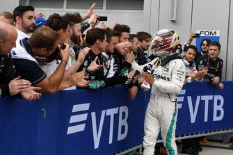 Lewis Hamilton, Mercedes AMG F1 fête sa victoire dans le Parc Fermé