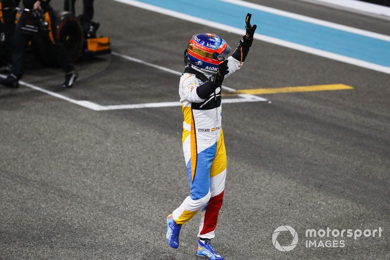 Fernando Alonso, McLaren, saluda a los aficionados después de completar su última carrera en la F1.