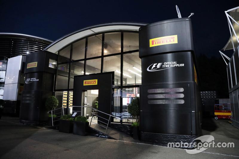 Il motorhome Pirelli di notte