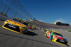 Matt Kenseth, Joe Gibbs Racing Toyota, Kyle Busch, Joe Gibbs Racing Toyota during pace laps