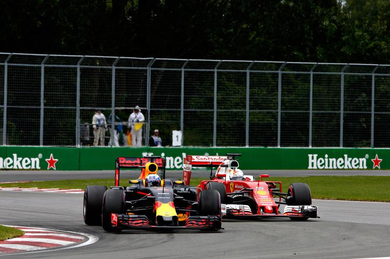 Daniel Ricciardo, Red Bull Racing RB12 precede Sebastian Vettel, Ferrari SF16-H