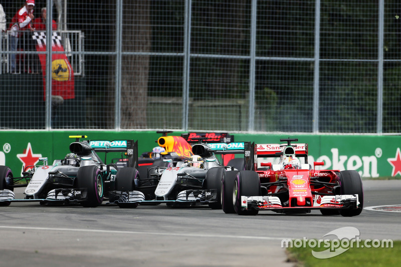Себастьян Феттель, Ferrari SF16-H випереджає Льюїса Хемілтона, Mercedes AMG F1 W07 Hybrid та Ніко Росберга, Mercedes AMG F1 W07 Hybrid на старті гонки