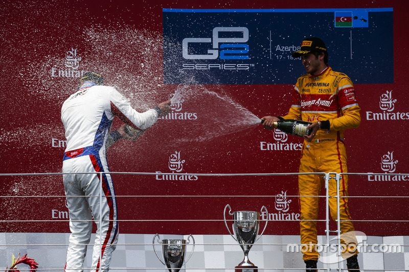 Ganador de la carrera Antonio Giovinazzi, PREMA Racing & segundo lugar Sergey Sirotkin, ART Grand Prix