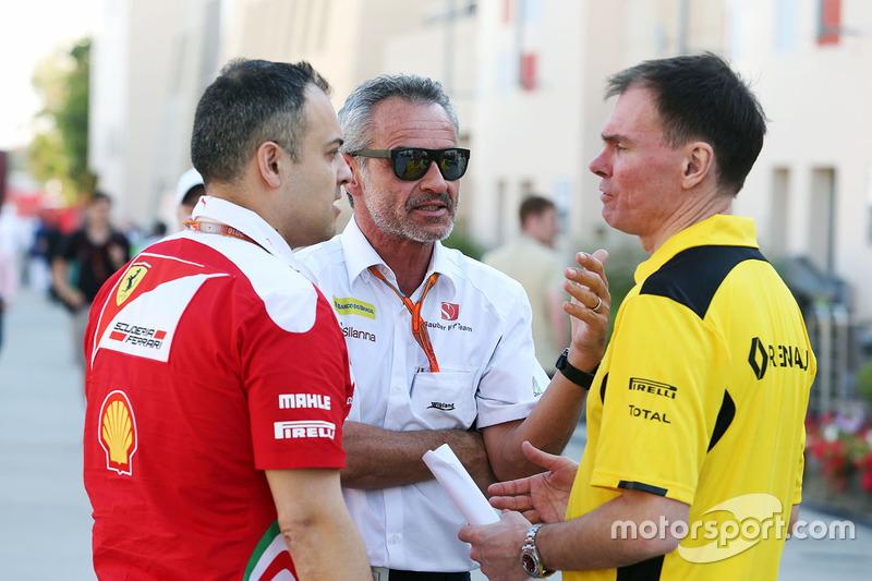 Beat Zehnder, Sauber F1 Team Manager with Alan Permane, Renault Sport F1 Team Trackside Operations Director