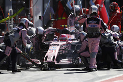 Esteban Ocon, Force India F1 VJM10, pitstop
