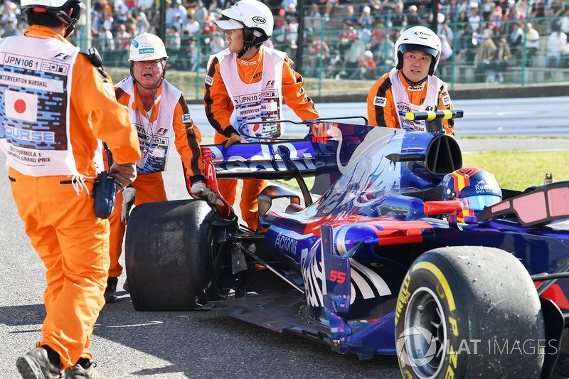 Oficiales con el auto de Carlos Sainz Jr., Scuderia Toro Rosso STR12
