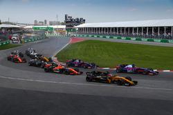 Старт гонки: Нико Хюлькенберг, Renault Sport F1 RS17, и Даниил Квят, Scuderia Toro Rosso STR12