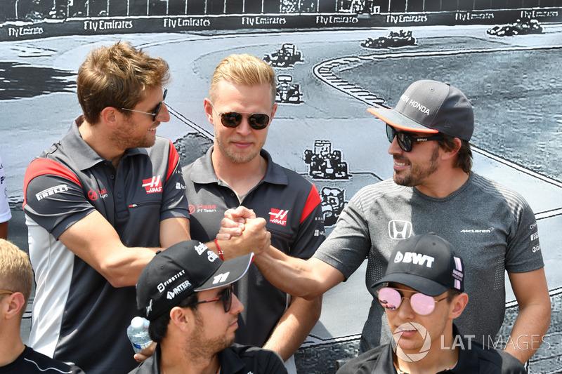 Ромен Грожан, Кевин Магнуссен, Haas F1, и Фернандо Алонсо, McLaren