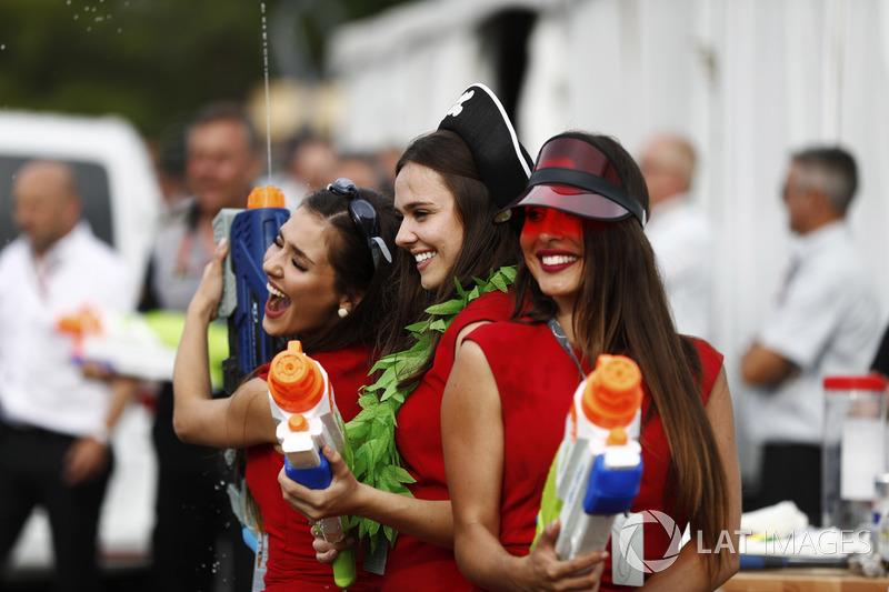 Девушки с водяными пистолетами