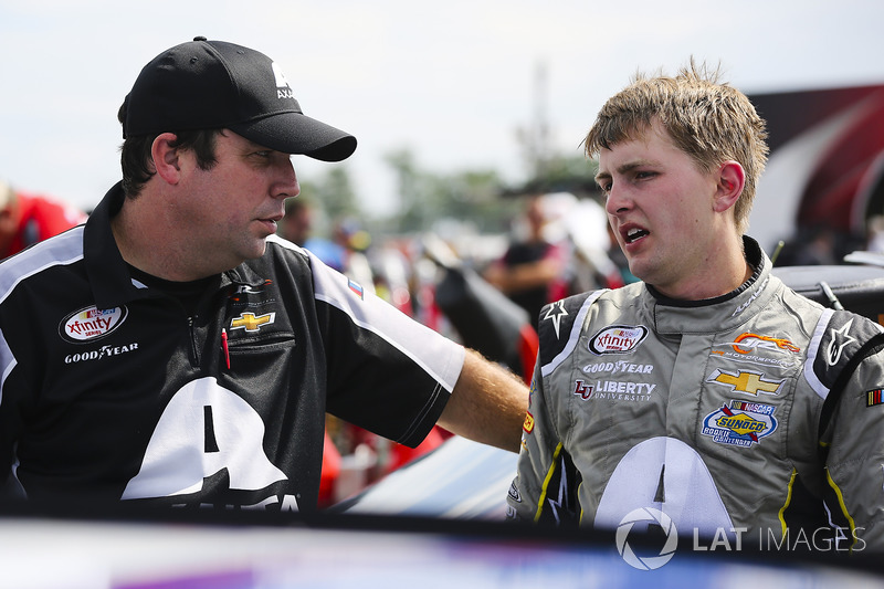 William Byron, JR Motorsports Chevrolet and crew man
