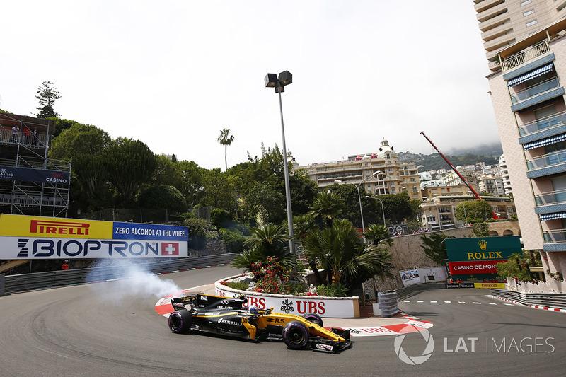 Humo de la parte posterior del coche de Jolyon Palmer, Renault Sport F1 Team RS17