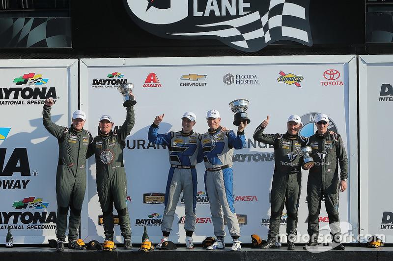 Podio GS: ganadores de la carrera Cameron Cassels, Trent Hindman, Bodymotion Racing, segundo lugar Marc Miller, Till Bechtolsheimer, CJ Wilson Racing, tercer lugar Russel Ward, Damien Faulkner, CJ Wilson Racing