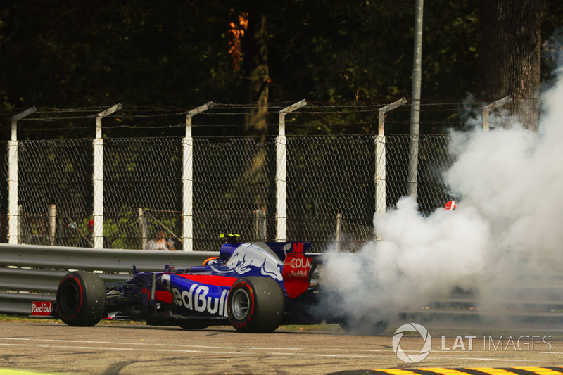 Carlos Sainz Jr., Scuderia Toro Rosso STR12, stops his car as his engine smokes