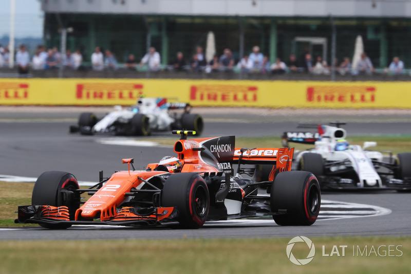 Stoffel Vandoorne, McLaren MCL32, Felipe Massa, Williams FW40 and Lance Stroll, Williams FW40