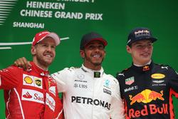 Sebastian Vettel, Ferrari Lewis Hamilton, Mercedes AMG, et Max Verstappen, Red Bull Racing, sur le podium