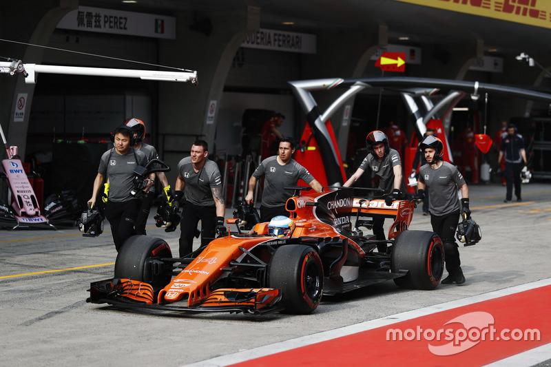 Il team McLaren riporta Fernando Alonso, McLaren MCL32, nel box