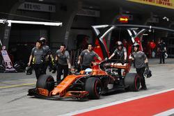 El equipo McLaren regresa el coche de Fernando Alonso, McLaren MCL32 para el garaje