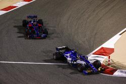 Pascal Wehrlein, Sauber C36; Daniil Kvyat, Scuderia Toro Rosso STR12