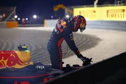 Max Verstappen, Red Bull Racing, descend de sa voiture après son abandon