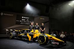 Слева направо: гонщики Renault Sport F1 Нико Хюлькенберг и Джолион Палмер, и третий пилот Renault Sport F1 Сергей Сироткин возле автомобиля RS17