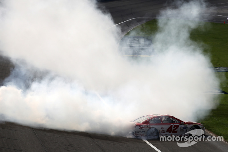 Kyle Larson, Chip Ganassi Racing Chevrolet, celebra su voctoria