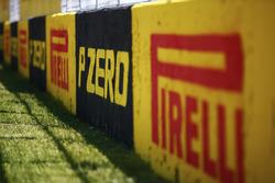 Marquage Pirelli le long de la ligne droite de départ/arrivée