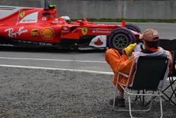 Кими Райкконен, Ferrari SF70H, и сидящий в кресле маршал