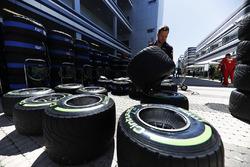Un miembro del equipo Red Bull trabaja con neumáticos Pirelli en el paddock