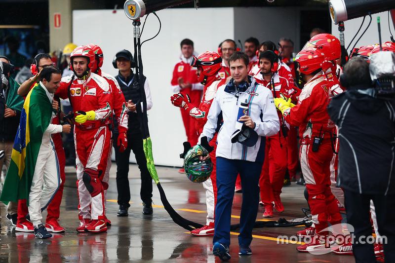 Персонал команды Ferrari встречает Фелипе Массу аплодисментами