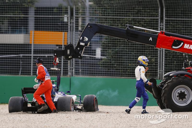 Marcus Ericsson, Sauber C36, se aleja de su auto mientras los oficiales sacan el mismo de la pista.