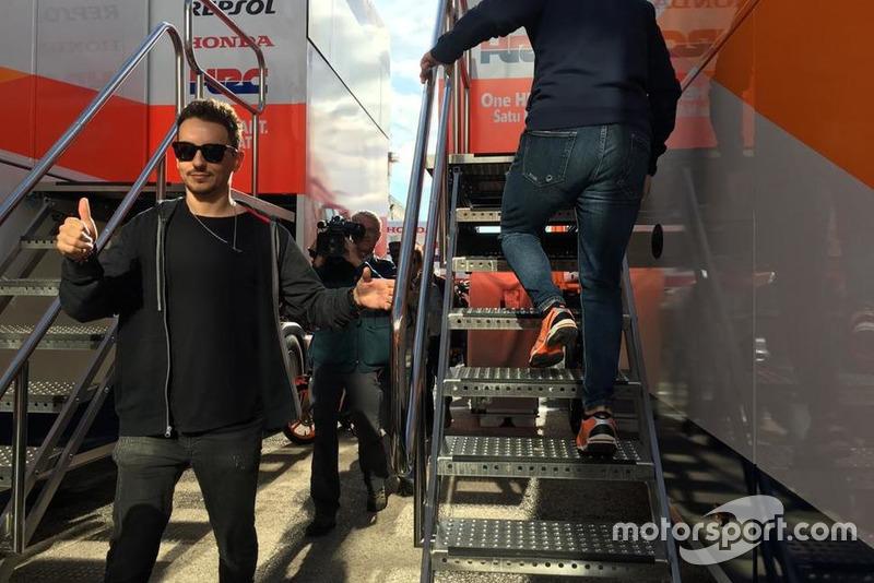 Jorge Lorenzo a su llegada al camión del Repsol Honda