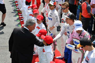 Chase Carey, directeur exécutif du Formula One Group et Brendon Hartley, Scuderia Toro Rosso sur la grille