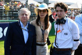 Jean Todt, Presidente de la FIA, y su esposa Michelle Yeoh con Pierre Guyonnet-Duperat, Delegado de Medios de Fórmula Uno en la FIA