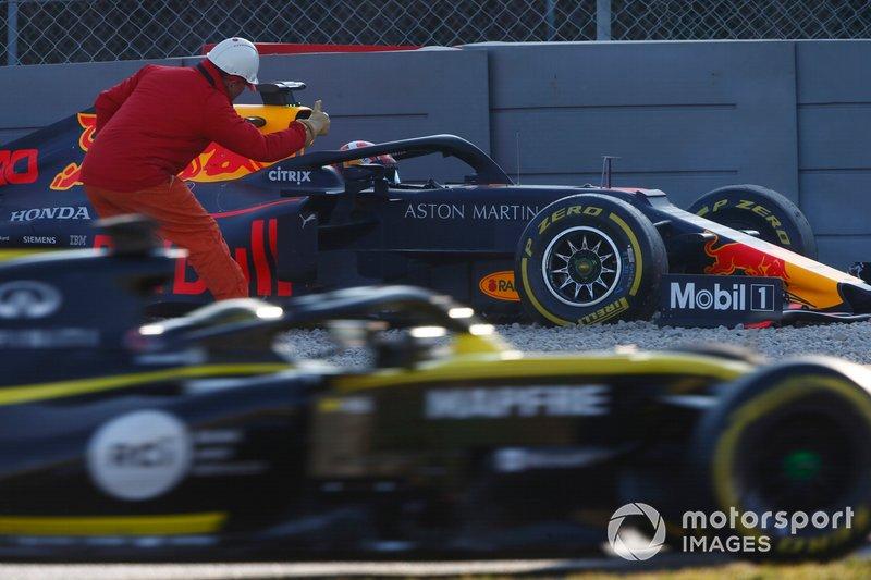 Pierre Gasly, Red Bull Racing RB15 en la grava después de chocar contra la barrera