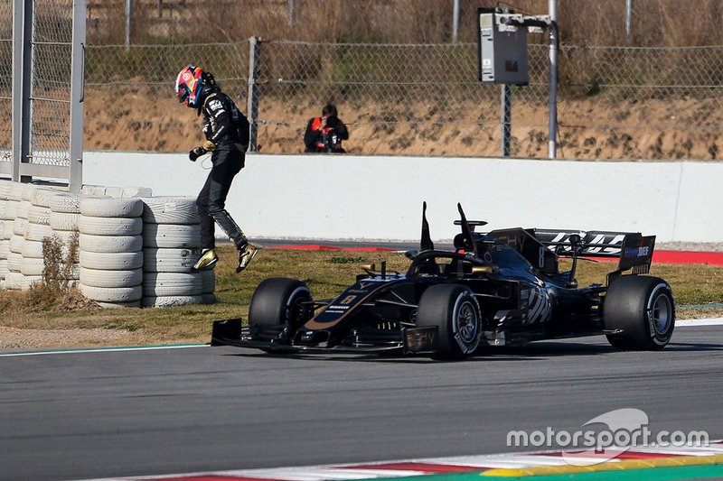 Romain Grosjean, Haas F1 Team VF-19 stops on the track