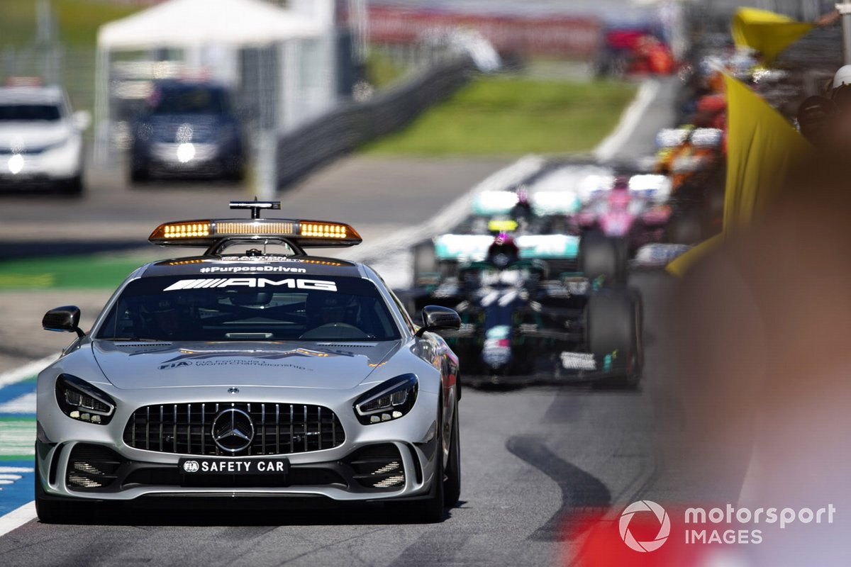 El Safety Car lleva a Valtteri Bottas, Mercedes F1 W11 EQ Performance, en el pit lane