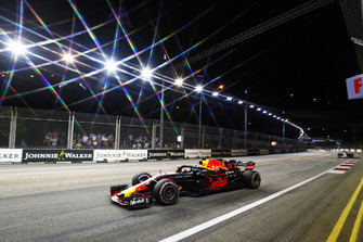Daniel Ricciardo, Red Bull Racing RB14, leads Sergio Perez, Racing Point Force India VJM11