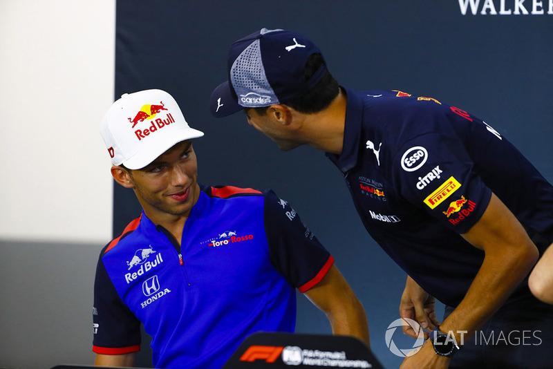 Pierre Gasly, Toro Rosso, et Daniel Ricciardo, Red Bull Racing, plaisantent en conférence de presse