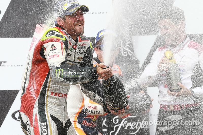 Podio: il vincitore della gara Cal Crutchlow, Team LCR Honda festeggia con lo champagne