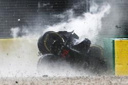 Fernando Alonso, McLaren MP4-31 in een zware crash