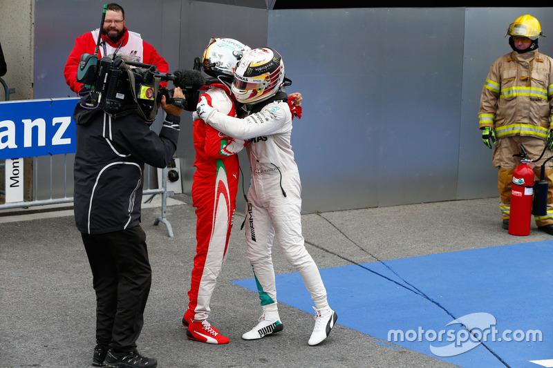 Переможець гонки Льюїс Хемілтон, Mercedes AMG F1 святкує в закритому парку разом з Себастьяном Фетте