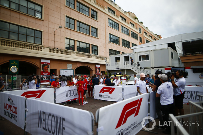 Lewis Hamilton, Mercedes AMG F1, e Sebastian Vettel, Ferrari, parlano con i media