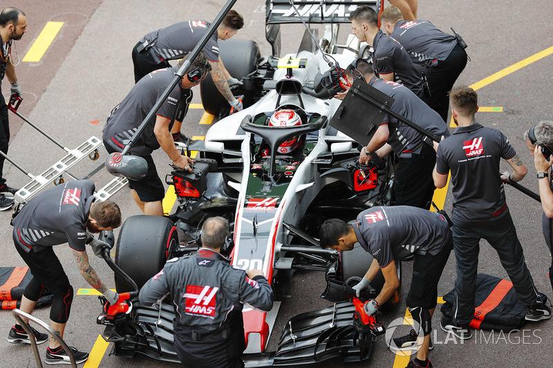 Kevin Magnussen, Haas F1 Team, fait un arrêt aux stands