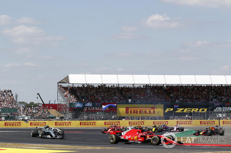 Sebastian Vettel, Ferrari SF-71H por delante de Max Verstappen, Red Bull Racing RB14 y Lewis Hamilton, Mercedes-AMG F1 W09