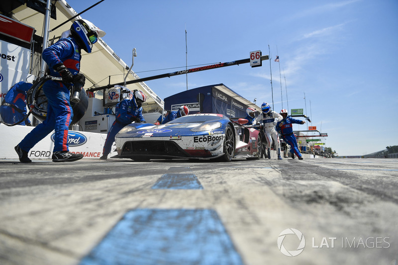 #66 Chip Ganassi Racing Ford GT, GTLM: Dirk Müller, Joey Hand, pit stop