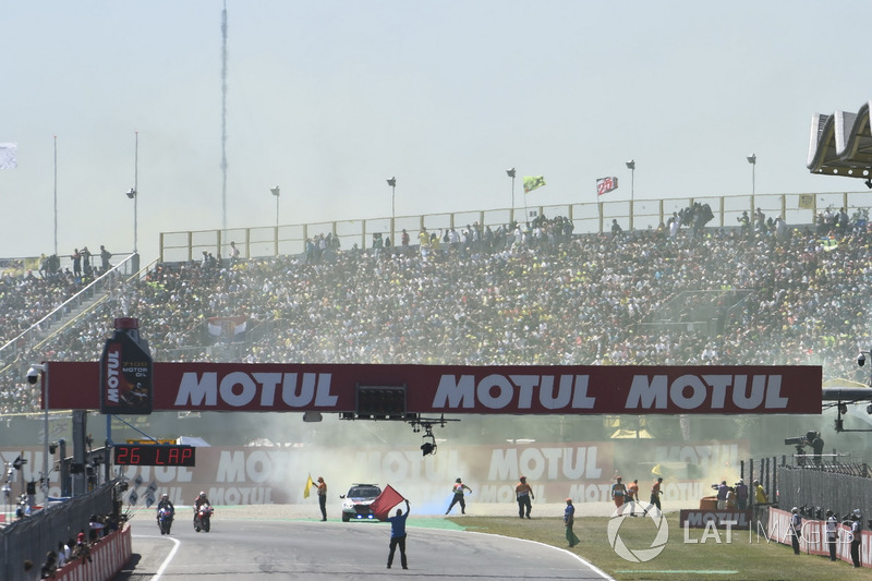 I tifosi buttano in pista dei fumogeni alla partenza della gara