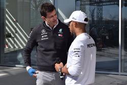 Lewis Hamilton, Mercedes-AMG F1, Toto Wolff, Direttore del Motorsport Mercedes AMG F1