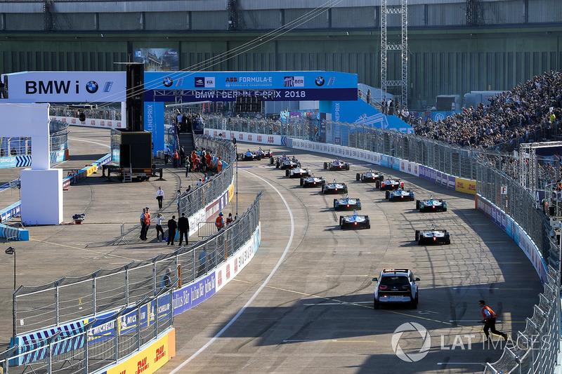 I piloti si schierano in griglia prima della partenza dell'ePrix di Berlino