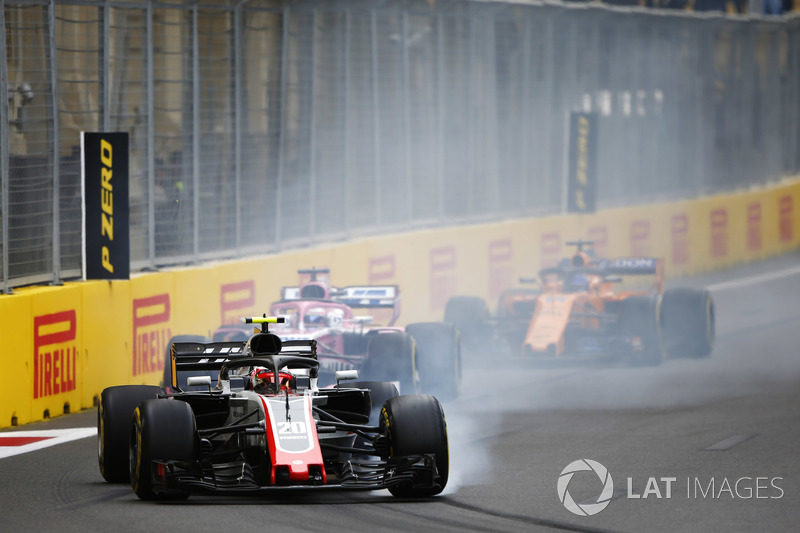 Kevin Magnussen, Haas F1 Team VF-18 Ferrari, locks a brake